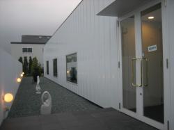 まっ白な塀の向こうに入口(^^)