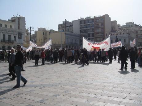 ヨルギウー広場に集まってきたデモ行進に参加する人々。