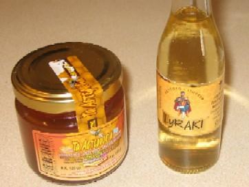 タイムの花の蜜から取られる蜂蜜と、蜂蜜いりのお酒。どちらもクレタ島の産物。
