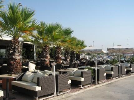 同じヨットハーバーにあるカフェの一つ。ゆったり座れる席が一杯用意されていて、景色も最高です。