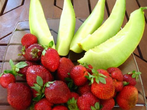 昨日の朝市で買ったフルーツを、早速午後のおやつに。熟れたものを、昨夜から冷蔵庫で冷やしておいた。