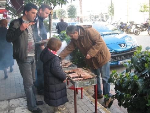 毎年チクノペブティのお祝いには、スヴラキを路上で炭火焼!お祭りの音楽なども流しながら、煙が一杯立ち昇る中、熱々のスヴラキを食べる。