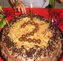 後日パーティもするので、今日は簡単にチョコスポンジと生クリームにバナナも少し挟んだ手作りケーキ。味見しようと企んで、うちの息子の手が伸びる(笑)。
