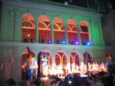 パトラスの劇場をバックに、ショーの中の踊りのひとつ