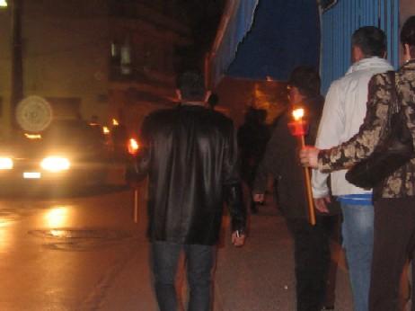 教会からの帰り道。ランパーダに灯した聖なる火を、大事に持ち帰る人々。