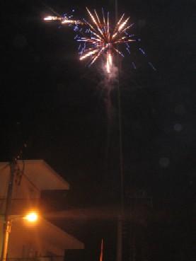 うちの近所の人が、毎年恒例で自宅屋上から打ち上げる花火。今年はすごい数の花火を打ち上げていました。
