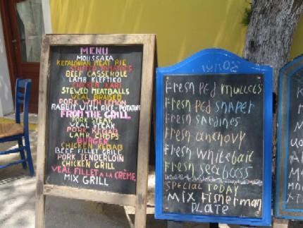 アッソスの海沿いにあるあるレストランのメニュー。