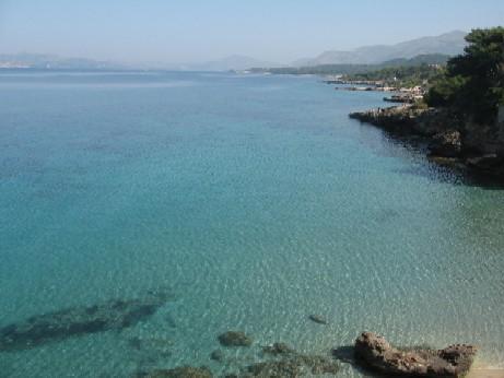 ラッシでは、この透明度がどこまでも続きます。ところどころにビーチがあって、やわらかい砂浜がとても気持ちがいい遠浅の海です。