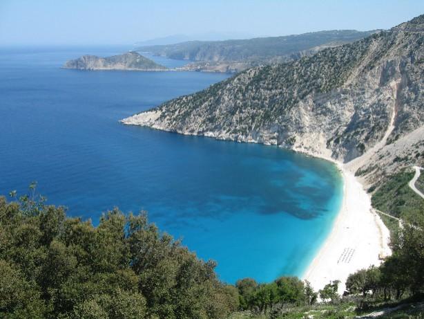 有名なミルトスビーチは、いつ見ても最高のブルーで、目が癒されます。写真の奥に見える小島のようなところがアッソスです。