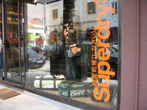 変な日本語がついている服の店が最近オープン。