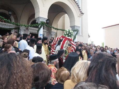 ミサが終わり、教会の鐘が鳴り響く中、聖アンドレアスの頭蓋骨が担ぎ出されます