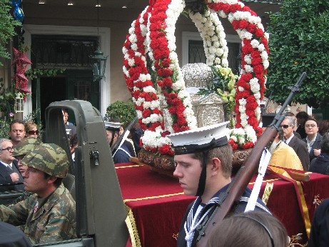 軍用の車に乗せられ、海兵に守られながら進む、聖アンドレアスの頭蓋骨は、細かい装飾のほどこされた銀の容器に保存されています。