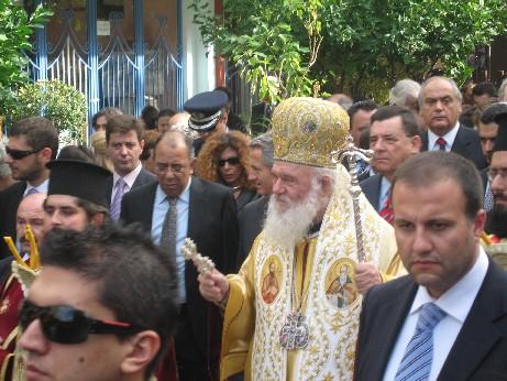 パレードで、通りを埋め尽くした人々に、挨拶するアテネのギリシャ正教大主教。そしていかにもボディガードという感じのいかつい顔つきの<br />面々・・・