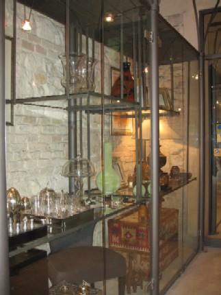 ちょっと気になるガラスの器などがあった、お店のショーウィンドー