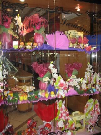 パスティッチェリアでは復活祭の卵型チョコなどがディスプレイされていた。