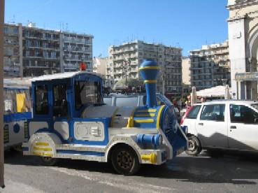 パトラス市が走らせる、イベント用の電車(路上を走る)で、広場から出発。市内を一周してくれます。