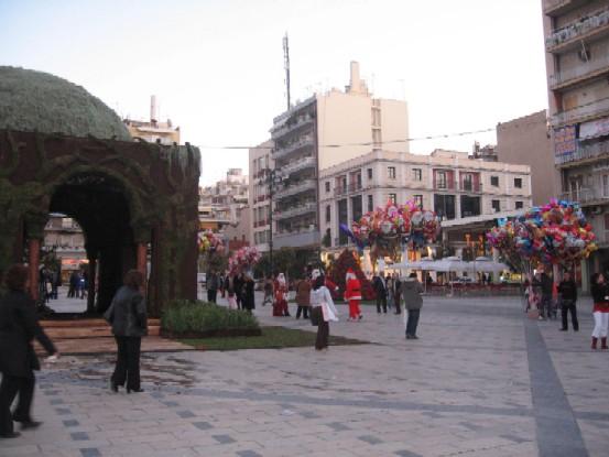 パトラスの中心、アイウー・ヨルギウー広場。左にあるのは、クリスマスに設置されるファトニ(キリスト生誕の風景の飾り)です。