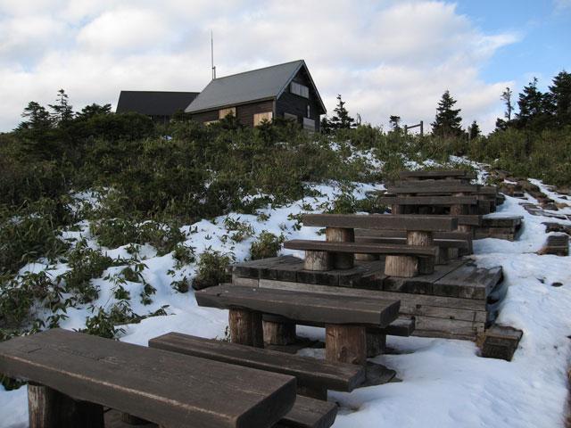 小屋とベンチ