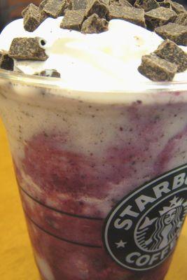 スターバックス--ブルーベリークリームフラペチーノ。