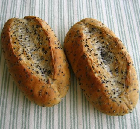 黒胡麻パン3