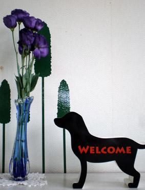 花と黒いラブラドール