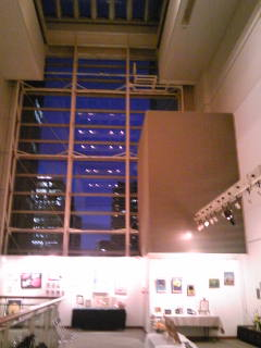 展覧会会場の高い窓