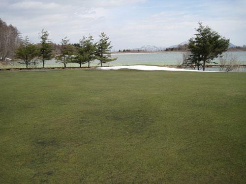 7番グリーンより霊仙寺湖