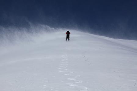 強風吹き荒れる丸山への登り
