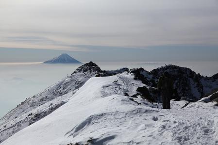 横岳奥ノ院から稜線を望む