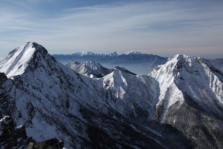 横岳奥ノ院から南八ツ主峰群を望む