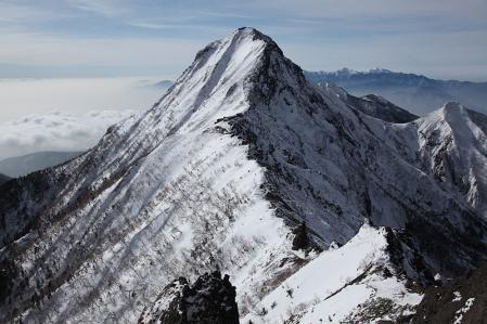 横岳の稜線より赤岳を望む