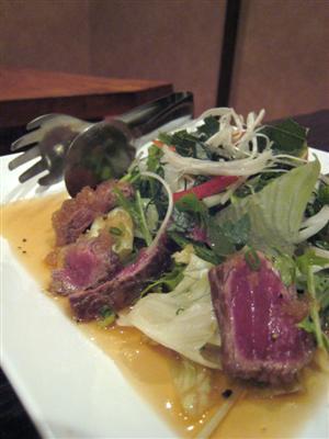 短角牛のタタキのサラダ
