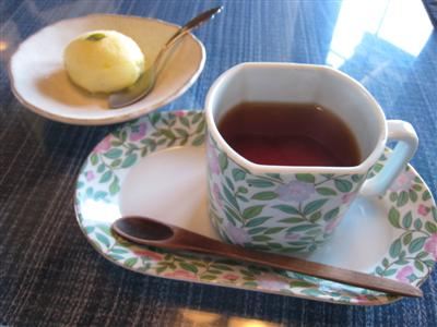 季節のシャーベットとお紅茶ですわ オホホ