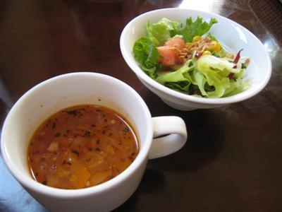 ステーキランチのスープとサラダ
