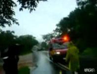 地滑りで救急車が破壊される瞬間映像