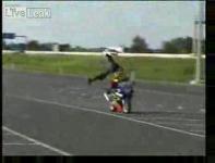 バイクの上で逆立ちの練習