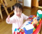 「アンパンマンピアノ」で遊ぶ姫♪