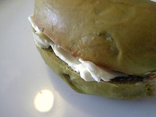 「クリームチーズをはさんだベーグル」ベーグル&ベーグル(東京)