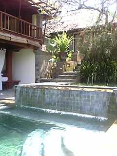 「プール側からリビングをのぞむ」カマンダル・リゾート&スパ(バリ島・ウブド)