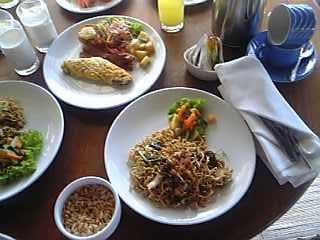 「ルームサービスの朝食」カマンダル・リゾート&スパ(バリ島・ウブド)