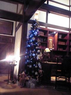 「ロビーのクリスマスツリー」二本の葦束(由布院)