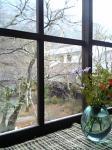 「窓から外を眺める」天井桟敷(由布院)