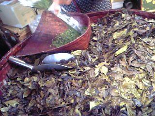 「量り売りの様子」安本茶舗(京都)