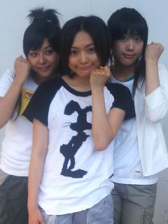 リーダーでVo担当の小笠原朋美(19)、同級生でRAP担当の奥菜真子(19)、最年少でGt&Cho担当の大空さや(15)による3人組GIRL'S POPバンドユニット。