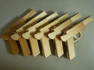 お土産のゴム銃