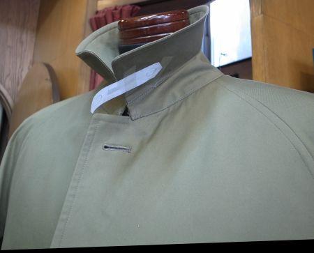 コートの襟のタブ