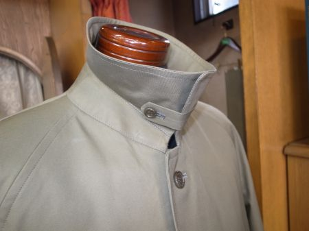コートの襟を立てるタブ
