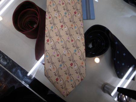花の刺繍のネクタイ
