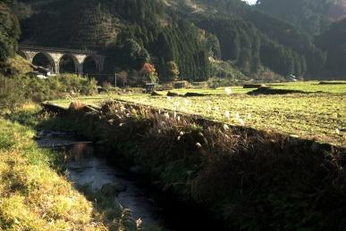 アーチ橋と東峰村の眺め