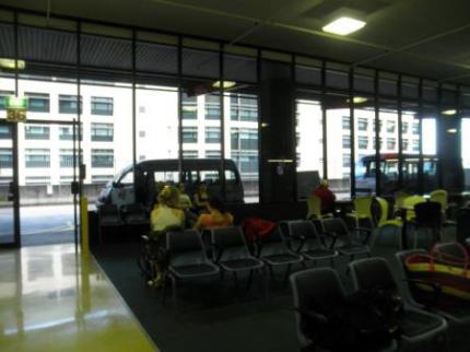 トランジットセンターでバスを待つ